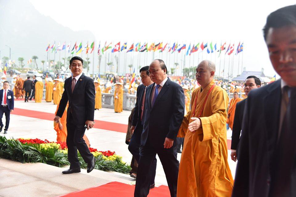Thủ tướng Nguyễn Xuân Phúc thực hiện nghi thức tắm Phật, sáng 12/05/2019
