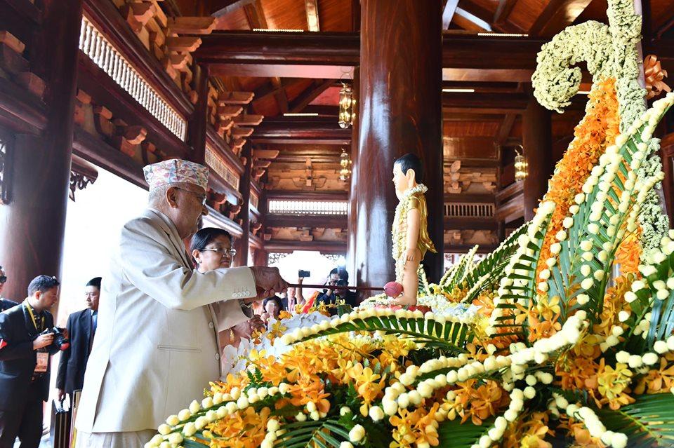 Thủ tướng Nepal thực hiện nghi thức tắm Phật, ngày 12/05/2019.